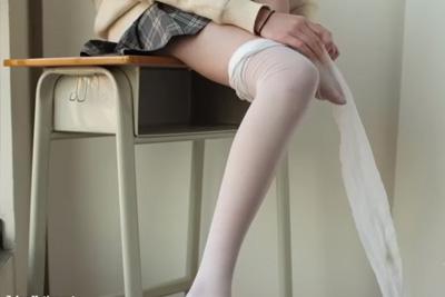 《個人撮影》パンストフェチの彼氏がモデル級にスタイルが良い女子校生彼女の足を変態撮影ww