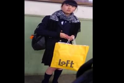 《盗撮》朝ドラに出てそうな素朴な可愛さのある女子校生を容赦なく粘着逆さ撮りでパンツを盗撮ww