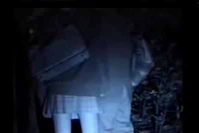 《素人女子校生》バックでパコられ大声で喘ぐ制服女子校生の青姦盗撮がえろすぎるww