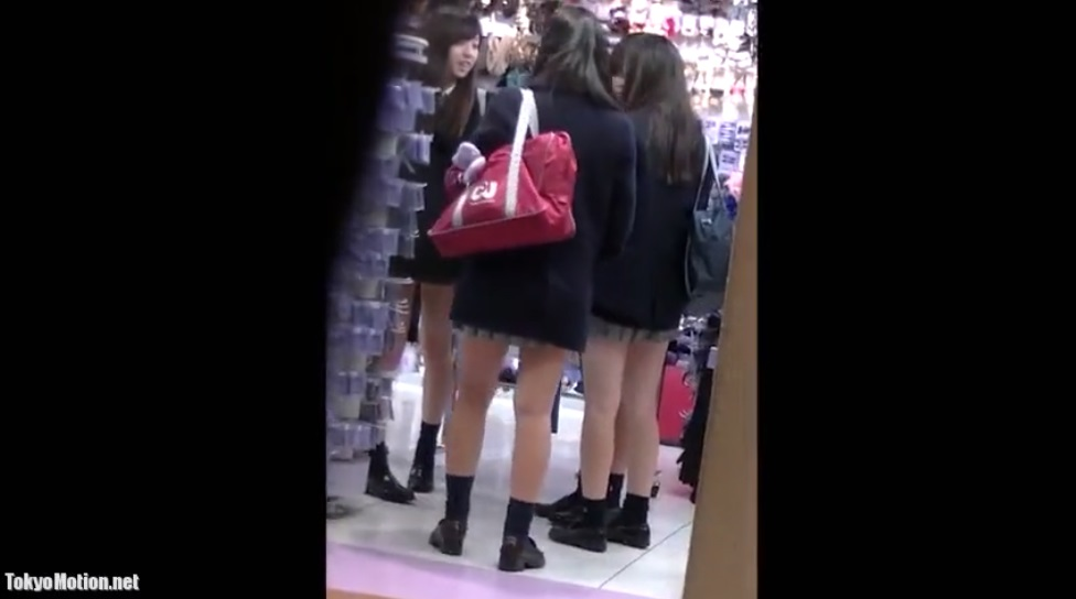 《パンチラ盗撮》4人組の制服リアル女子校生を逆さ撮りする