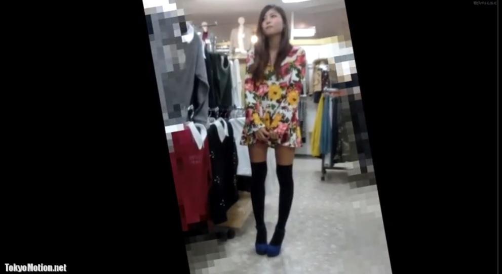おすすめ!!!《逆さパンチラ&乳首盗撮》ニーハイの足が綺麗でスレンダー超美人店員さん♡胸元から可愛い乳首が見える姿を盗撮