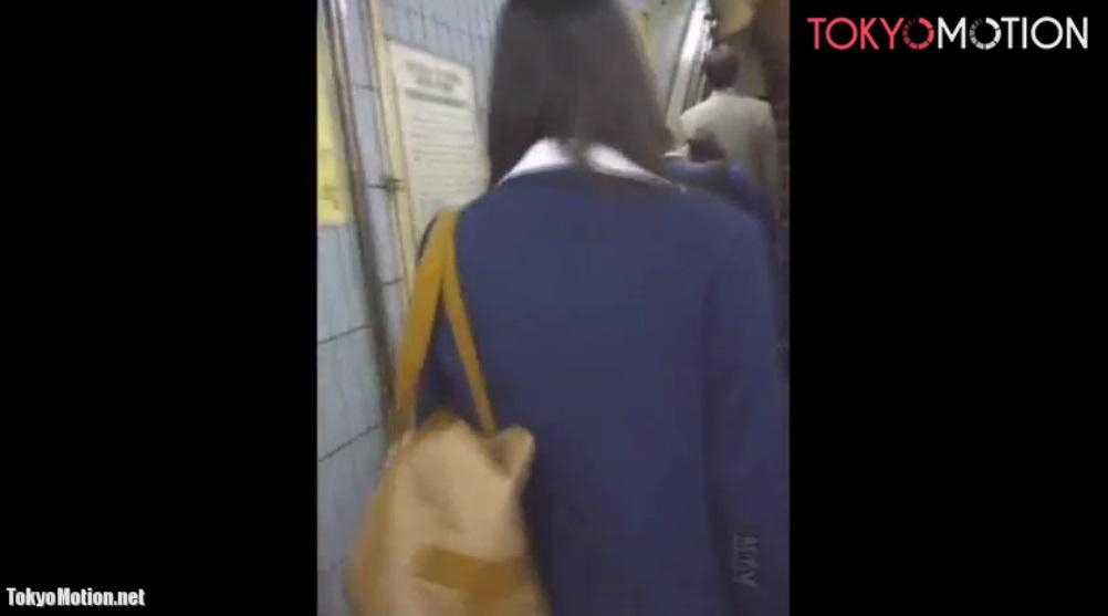 《JKパンティ逆さ盗撮》エスカレーターで女子校生のスカートをめくってパンティを撮影♪