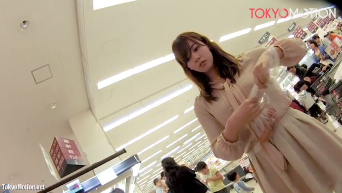 《超美人さんが食料品売場でお買い物中》ベージュのワンピ姿でスタイルもGOOD♡『パンティ逆さ盗撮』