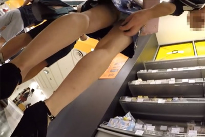 【スカートめくりパンティ盗撮】私服女子校生が彼氏とデート中にスカートをめくられ盗撮されるww