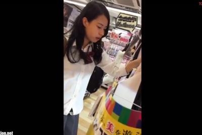 《盗撮》モデルの様な綺麗な顔立ちの女子校生のプリプリお尻を粘着盗撮!純白サテンパンツはやっぱり至高ww