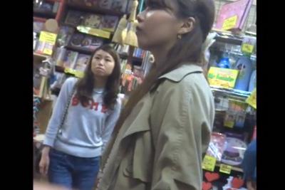 「盗撮魔がいるなんて・・」ギャルちゃん何も知らずにのんきにドンキで買い物してたらパンツ撮られるww