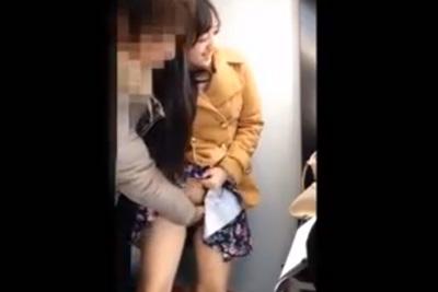 《リベンジポルノ》例の美少女女子校生をプリクラでパンツ脱がせて強制手マン!挙句チ●ポぶちこみ口内射精ww