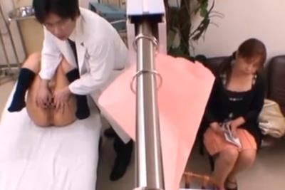 親の隣でセクハラ診察!抵抗できぬまま変態医師に生中出しされてしまう女子校生ww
