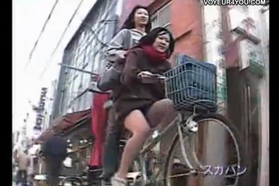 《盗撮》撮影スキルたかっ!ww自転車に乗る女子校生に並走して逆さ撮りする破天荒盗撮ww