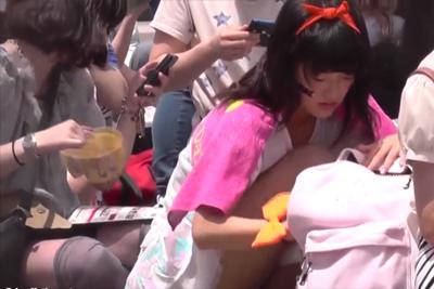 《盗撮》座る激カ女子校生柄までくっきりわかる大ズームでロリコン親父にパンツを狩られるww