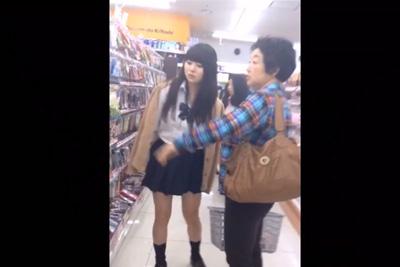 《盗撮》ママと一緒に買い物してる黒髪パッツンの激カワ女子校生を逆さ撮りしたらセクシーレースの黒パンティだった件w