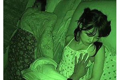 《妹レイプ》母親の寝る側で妹にザーメン中出しで注ぐ変態兄貴www