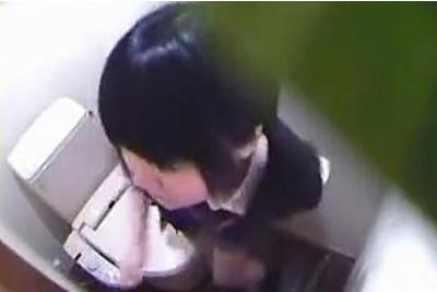 《女子校生失禁トイレ盗撮》おしっこお漏らししちゃう童顔女子校生の恥ずかしすぎる映像ネットに流出ww