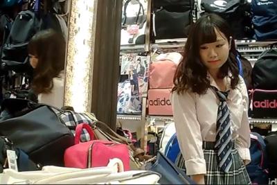 《パンチラ》☆プルート☆ターゲットが可愛い&高画質で大人気!巻髪で色白お人形みたいな原宿系女子校生のミニスカの中を逆さ撮り♪