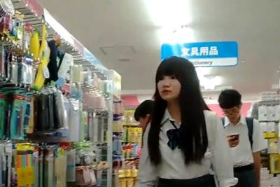 《女子校生 パンチラ盗撮》黒髪ロング好きにはマジたまらんww 色白お人形みたいな制服女子校生100均で見つけて即逆さ撮り!
