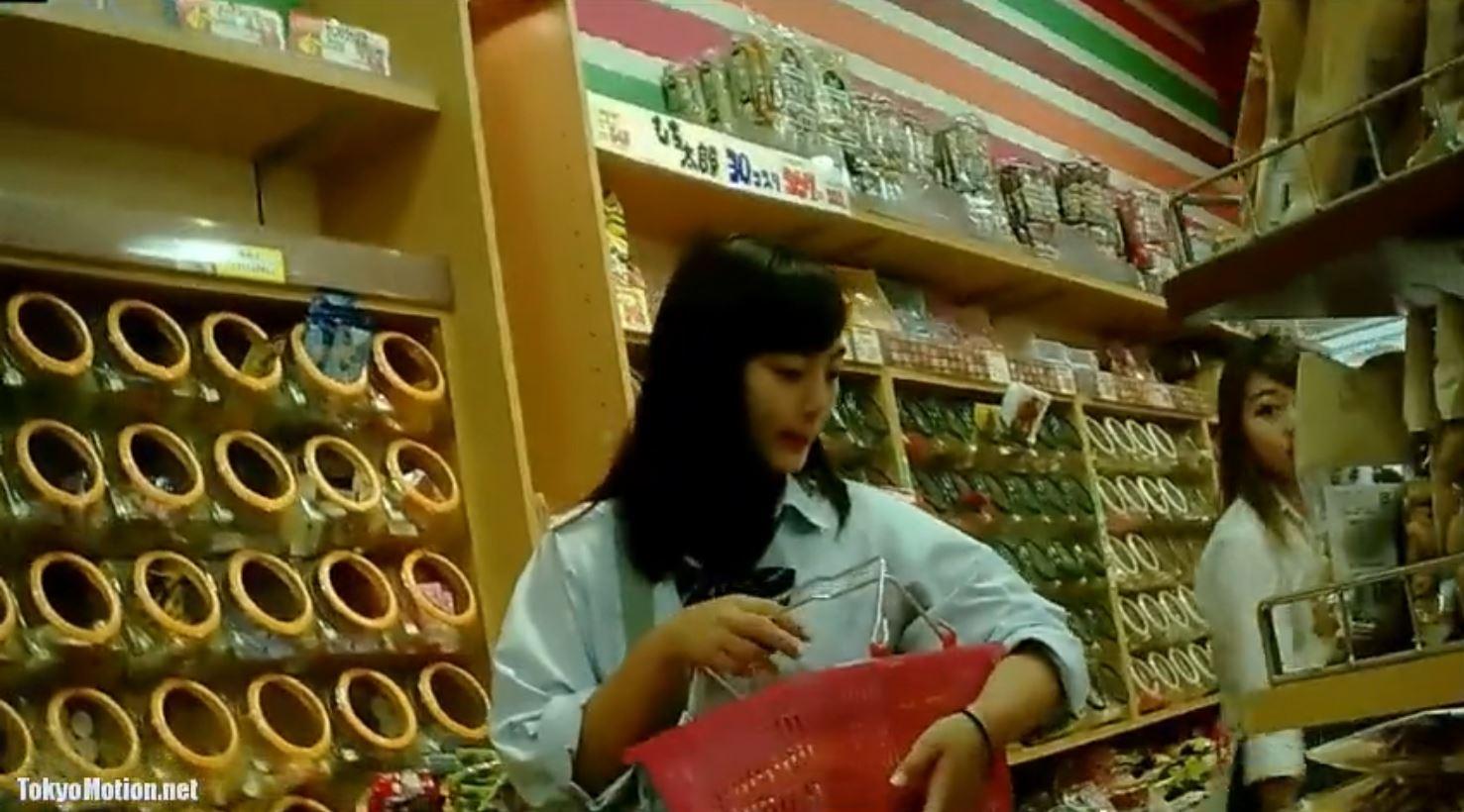 《女子校生ガチ動画パンティ逆さ盗撮》【顔出し】『激カワ美人JKも!!!』JK数人のパンティを撮影♪