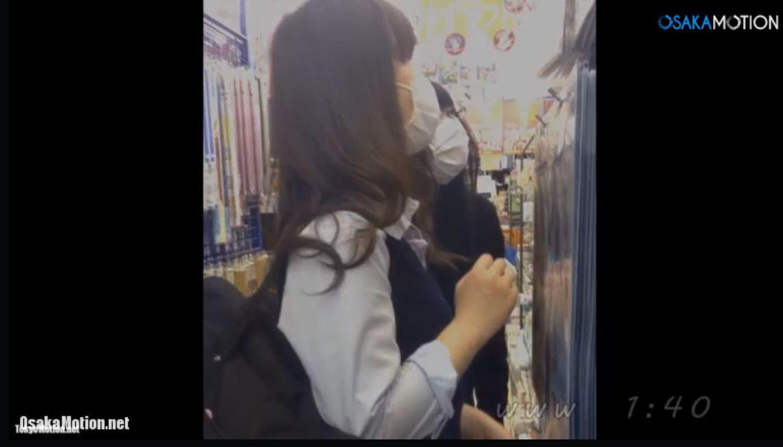 《女子校生リアルスカートめくり&パンティ逆さ盗撮》エスカで制服JKのスカートめくりホワイトパンツ撮影♪
