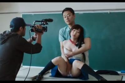 《濡れ場》これ女優の域超えとるww生乳もませて教室手マン!フェイクナシでマジでマ●コ触られとるww 伊藤沙莉