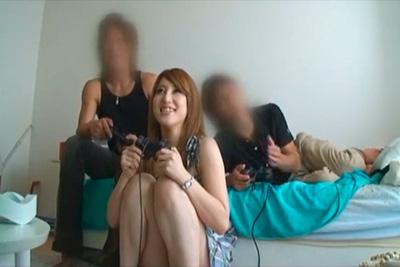 友達3人仲良くゲームしてたら一人外出ww白ギャルと男一人を部屋に残した結果・・・