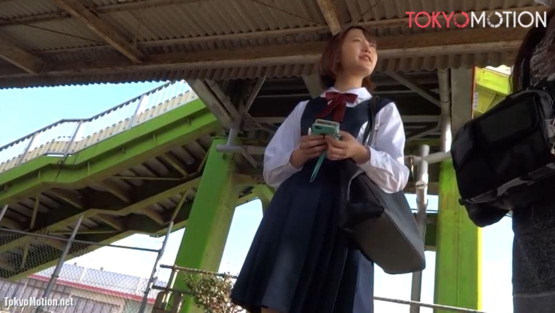 《女子校生リアルパンティ逆さ盗撮》顔も可愛い!スタイルもイイネ!駅のホームで電車待ちのJKパンティ撮影♪