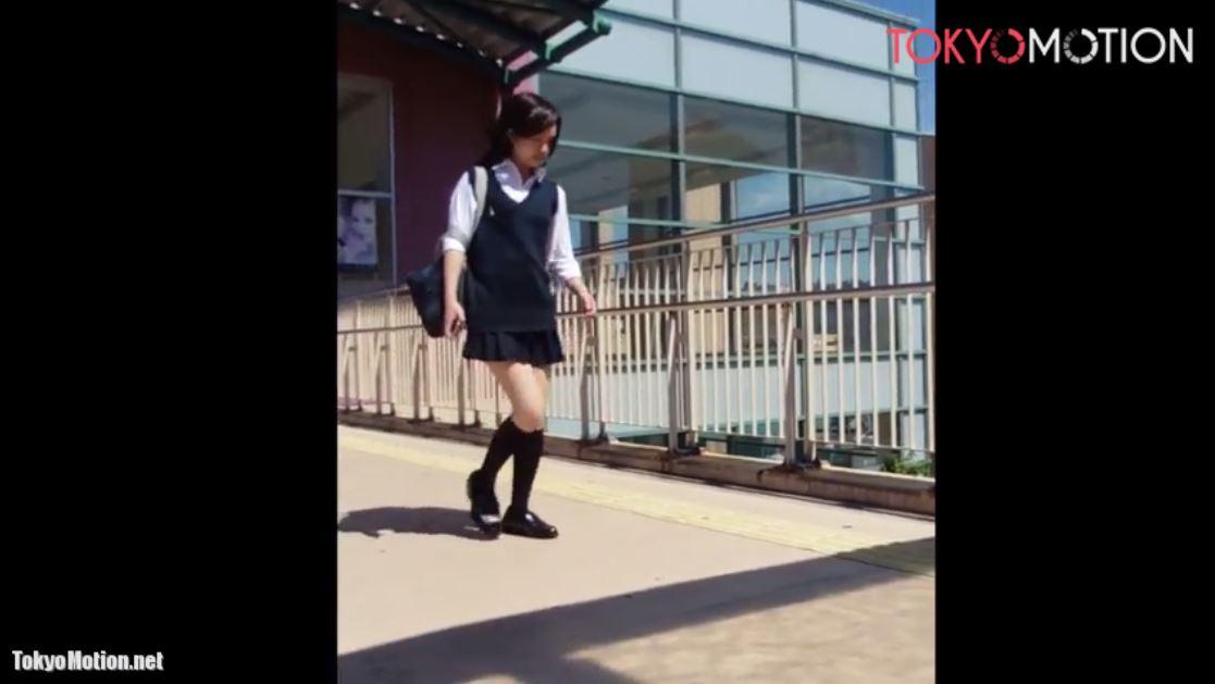 美少女JKを追いかけて階段で後ろからホワイトパンティ撮影《女子校生パンティ逆さ盗撮》