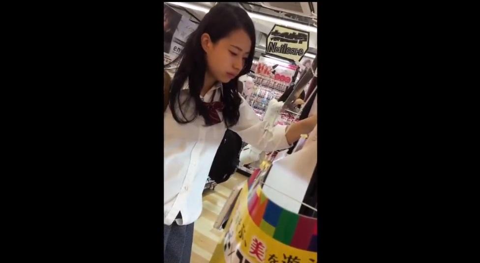 《パンチラ逆さ盗撮》【美少女JK】お買い物に夢中の女子校生パンティを逆さ撮り!!!