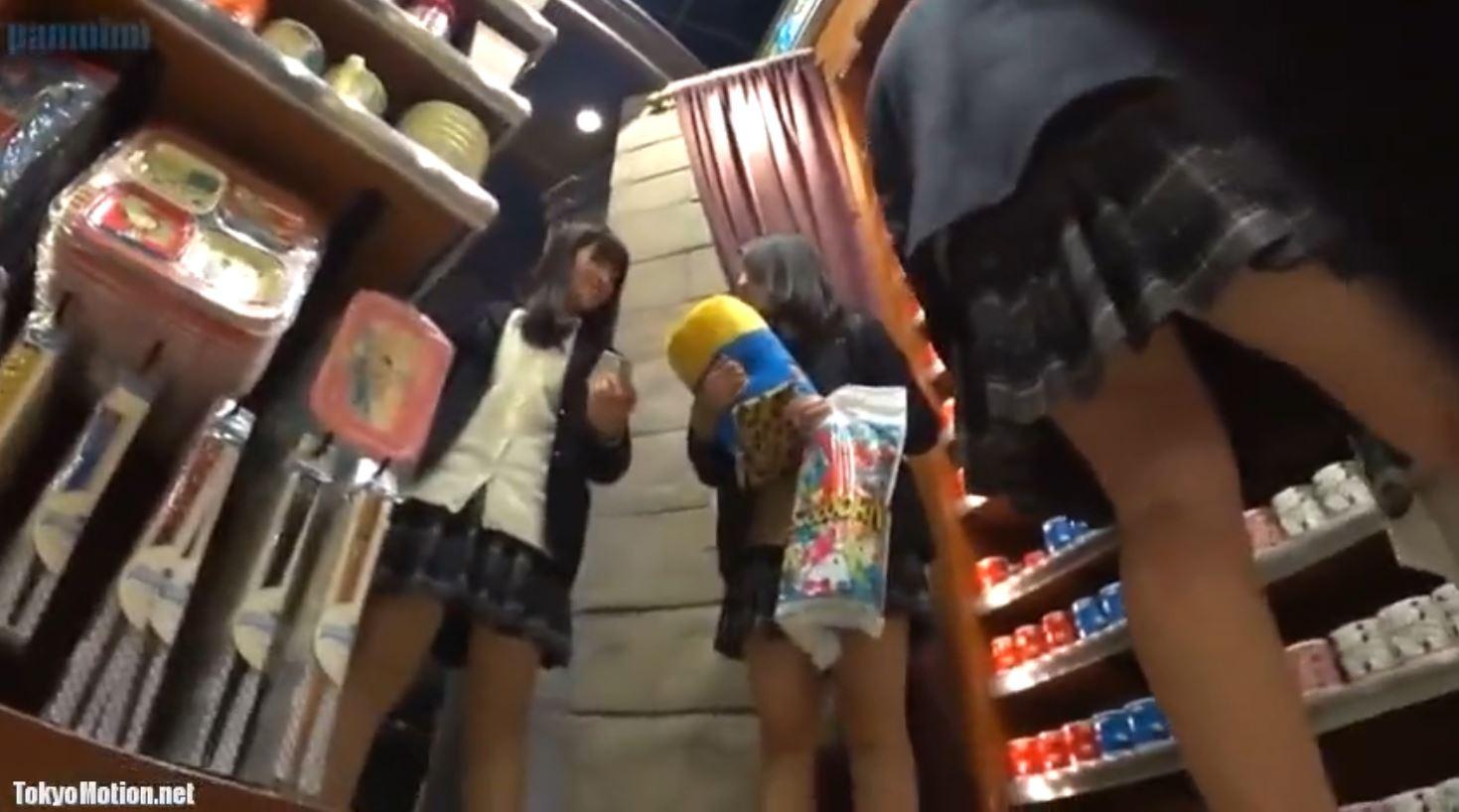 《女子校生リアル動画パンティ逆さ盗撮》『修学旅行?テーマパーク内のショップ?』制服JKのパンツを撮影♪