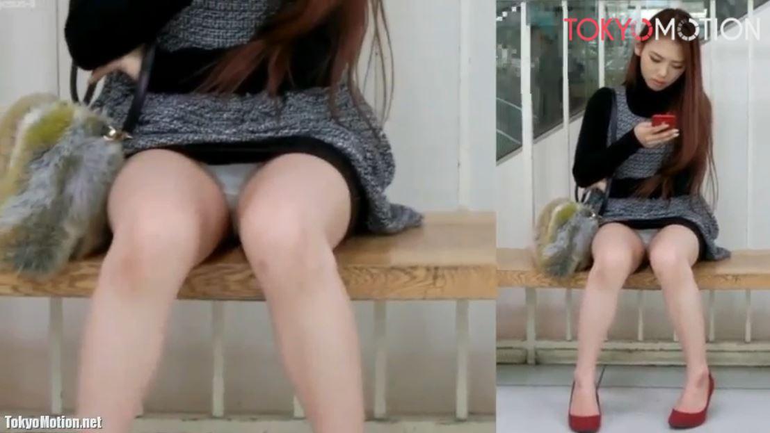 《美人さんパンティ正面から盗撮》ショッピングセンターの椅子に座ってスマホを見てる美人さんのパンティ撮影♪