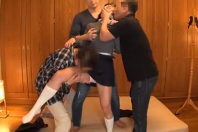 騙してさらった女子校生を3人がかりでレイプ!顔に肉棒こすりつけバイブと電マで強制アクメ 黒髪ロリ娘が親父に輪姦される