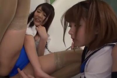 「嫌なの?でもマ●コ濡れてるよ?」生徒に首輪をつけられ恥辱される女教師!ベロチューで濡れたマ●コにバイブ挿入で腰が抜けかけるw